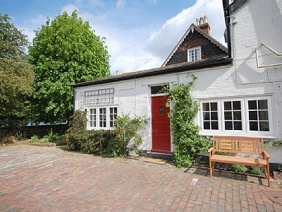 A self catering holiday cottage in Marden, near Tunbridge and Maidstone, Kent, in the garden of England.
